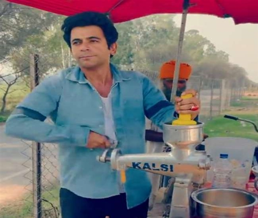Sunil Grover now sell orange juice after Chole Kulche video goes viral on social media