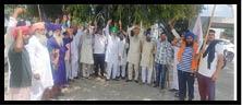 Farmer's Protest : ਸਿਆਸੀ ਇਕੱਠ ਦਾ ਕਿਸਾਨਾਂ ਨੇ  ਝੰਡੇ ਵਿਖਾ ਕੇ ਕੀਤਾ ਜ਼ੋਰਦਾਰ ਵਿਰੋਧ