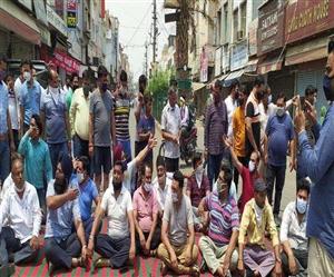 Mini Lockdown in Punjab : ਨਵੀਂਆਂ ਪਾਬੰਦੀਆਂ ਦੇ ਵਿਰੋਧ 'ਚ ਸੜਕਾਂ 'ਤੇ ਉਤਰਿਆ ਵਪਾਰ ਮੰਡਲ, ਬਰਨਾਲਾ 'ਚ ਪੁਲਿਸ ਖ਼ਿਲਾਫ਼ ਪ੍ਰਦਰਸ਼ਨ