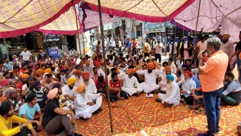 The Akalis once again staged a dharna against the police of Bhaini Mia Khan police station