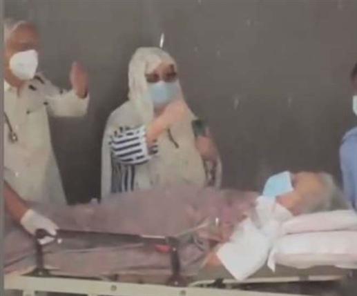 Dilip Kumar ਨੂੰ ਹਸਪਤਾਲ ਤੋਂ ਮਿਲੀ ਛੁੱਟੀ, ਸਟ੍ਰੇਚਰ 'ਤੇ ਇਸ ਹਾਲਤ 'ਚ ਨਜ਼ਰ ਆਏ ਐਕਟਰ, ਦੇਖੋ Video