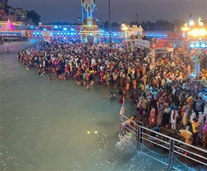 Haridwar Kumbh Mela 2021 : ਮਹਾਕੁੰਭ 'ਚ ਸੋਮਵਤੀ ਮੱਸਿਆ ਦਾ ਇਸ਼ਨਾਨ, ਸ਼ਰਧਾਲੂਆਂ ਨੇ ਲਾਈ ਆਸਥਾ ਦੀ ਡੁਬਕੀ, ਨਹੀਂ ਦਿਸਿਆ ਕੋਰੋਨਾ ਦਾ ਖ਼ੌਫ