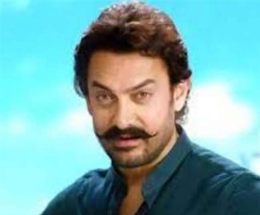 Aamir Khan throws posters of his own movie while walking on the streets viral throwback video