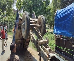 Road Accident in Etawah: ਇਟਾਵਾ 'ਚ ਮੰਦਰ ਤੋਂ ਵਾਪਸ ਆਉਂਦਿਆਂ ਟਰੈਕਟਰ ਟਰਾਲੀ ਪਲਟੀ, 11 ਜ਼ਖ਼ਮੀ ਸ਼ਰਧਾਲੂ ਹਸਪਤਾਲ ਦਾਖ਼ਲ