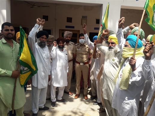 Farmers chanted slogans in front of Dina Sahib police station over ban on straw production