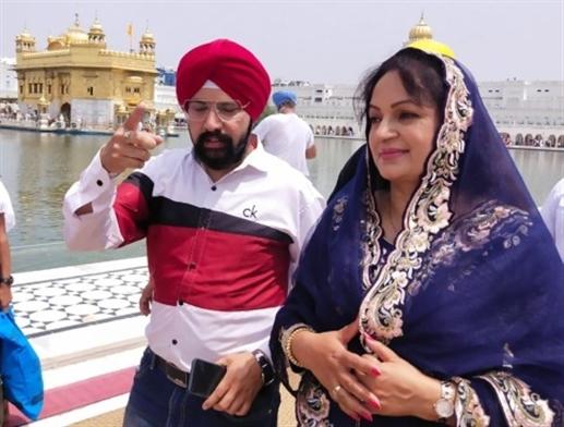 Punjabi actress Upasna Singh bows at Darbar Sahib prays for Corona victims