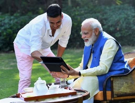 Akshay Kumar congratulates PM Narendra Modi on his birthday says I cant write like you