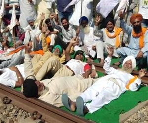 Kisan Rail Roko Andolan : ਪੰਜਾਬ 'ਚ 72 ਥਾਈਂ ਰੋਕੇ ਰੇਲਵੇ ਟਰੈਕ, ਪੰਜ ਗੱਡੀਆਂ ਰੱਦ