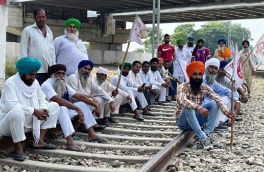 Dharna on Shahkot-Malsiyan railway line