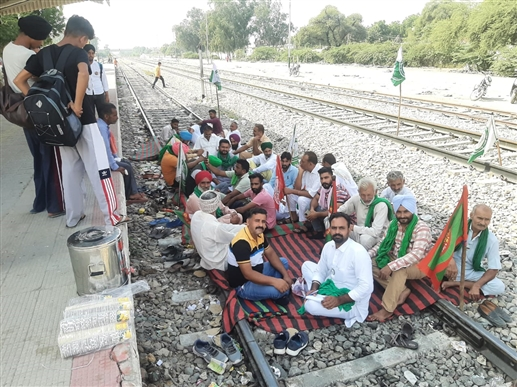 A train jam was also held at Guruharsahai to bring justice to the martyred farmers