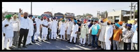 Farmers block Delhi Amritsar route due to non availability of bardana