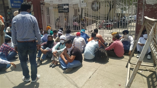 Attempt of self immolation by 3 heirs of deceased employees in front of Powercom headquarters