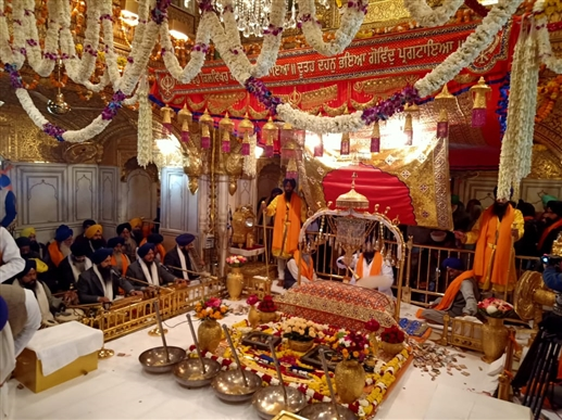 A large number of devotees paid obeisance at Sachkhand Sri Harmandir Sahib on the occasion of the birth anniversary of Guru Gobind Singh Ji