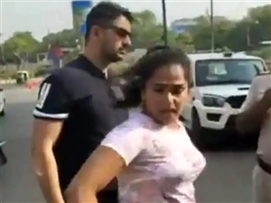 Delhi Couple Video : ਪਤਨੀ ਦੀ ਪੁਲਿਸ ਨਾਲ ਬਦਸਲੂਕੀ ਪਈ ਭਾਰੀ, ਜਾਣਾ ਪਿਆ ਜੇਲ੍ਹ, ਪਤੀ ਨੇ ਝਾੜਿਆ ਪੱਲਾ