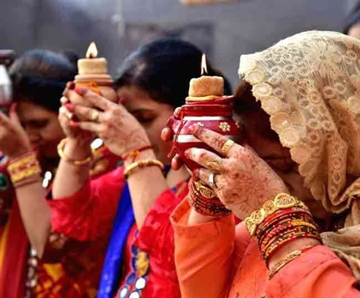 Karwa Chauth 2021 Veeravati Katha read detial here | ਕਰਵਾ ਚੌਥ ਦਾ ਵਰਤ ਟੁੱਟਣ ਨਾਲ ਪਤੀ 'ਤੇ ਆਉਂਦਾ ਹੈ ਸੰਕਟ, ਵੀਰਾਵਤੀ ਦੀ ਕਥਾ ਤੋਂ ਲਓ ਸਬਕ