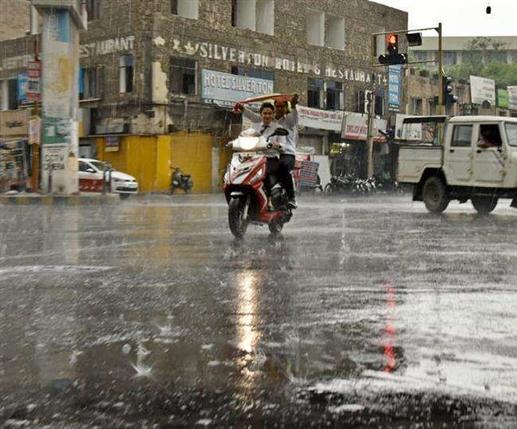 Jalandhar Weather Alert : ਜਲੰਧਰ 'ਚ ਤੇਜ਼ ਬਾਰਿਸ਼ ਨਾਲ ਬਦਲਿਆ ਮੌਸਮ ਦਾ ਮਿਜਾਜ਼, ਕਈ ਇਲਾਕੇ ਜਲਥਲ