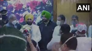 Viral Video Claim Punjab CM Charanjit Singh Channi touches Rahul Gandhi feet