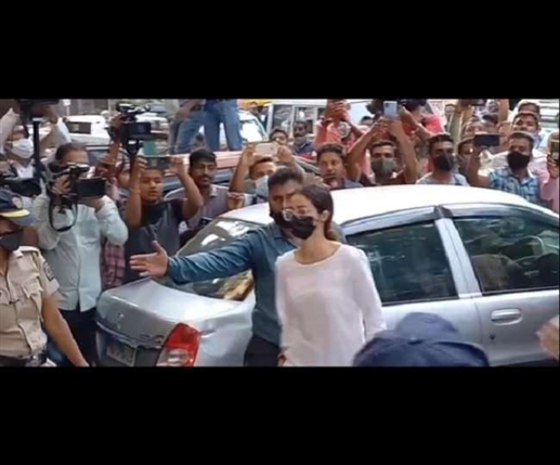 Drugs Case NCB visits Shahrukh Khan s house issues summons to Ananya Pandey