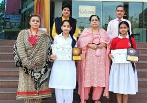 ਹਿੰਦੀ ਭਾਸ਼ਣ ਮੁਕਾਬਲਿਆਂ 'ਚ ਵਿਦਿਆਰਥਣਾਂ ਨੇ ਮਾਰੀਆਂ ਮੱਲਾਂ