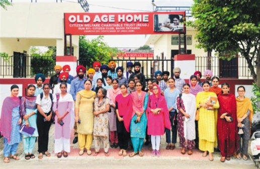 College students visited the old age home
