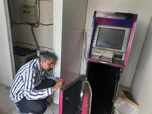 27 lakh looted by cutting ATM with gas cutter in border village Kassel police probe launched