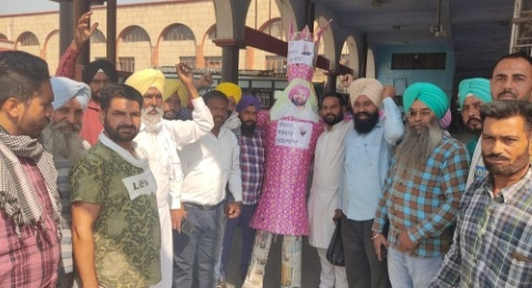 contract employes burnt the effigy of PM and 3M