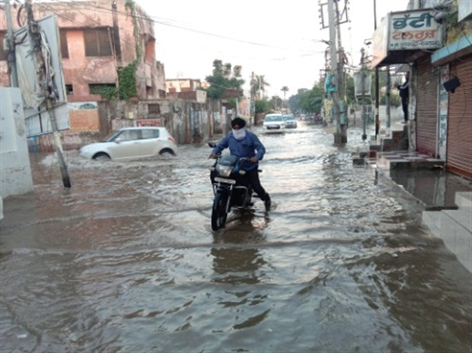 The water in Janjghar Chowk has not been solved even after spending lakhs