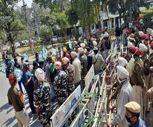 Farmers chanting slogans against National Commission for Scheduled Castes Chairman Vijay Sampla in Jalandhar