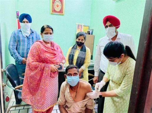 SDM Sarwanjit Kaur green signal to mobile van for corona vaccination