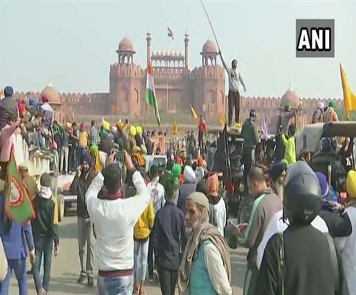 protesting farmers break police barricading at delhi haryana tikri border