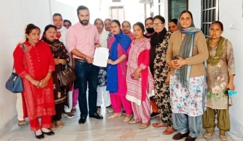 Anganwadi workers handed over a memorandum of demands to MLA Meet Hair