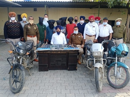 Lootera gang s five  member arrest with weapons