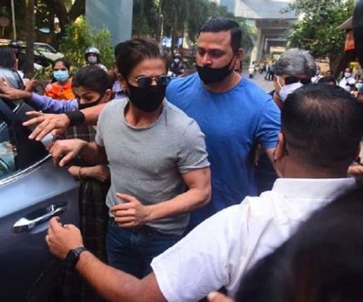 Anchor advises Shah Rukh Khan to stay in Pakistan trolls recall King Khan s expenses