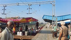 Farmers stage dharna on Barnala railway track at dawn |  ਭਾਰਤ ਬੰਦ ਦੇ ਸੱਦੇ 'ਤੇ ਬਰਨਾਲਾ ਰੇਲਵੇ ਟਰੈਕ 'ਤੇ ਕਿਸਾਨਾਂ ਨੇ ਦਿਨ ਚੜ੍ਹਦੇ ਹੀ ਲਾਇਆ ਧਰਨਾ