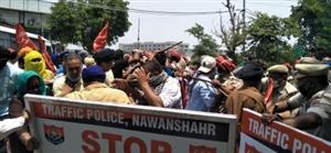 Farmer's Protest : ਨਵਾਂਸ਼ਹਿਰ 'ਚ ਕਿਸਾਨਾਂ ਨੇ ਕੀਤਾ ਐੱਮਪੀ ਮਨੀਸ਼ ਤਿਵਾੜੀ ਦਾ ਵਿਰੋਧ,ਪੁਲਿਸ ਤੇ ਕਿਸਾਨਾਂ ਵਿਚਾਲੇ ਮਾਮੂਲੀ ਝੜਪ ਹੋਈ