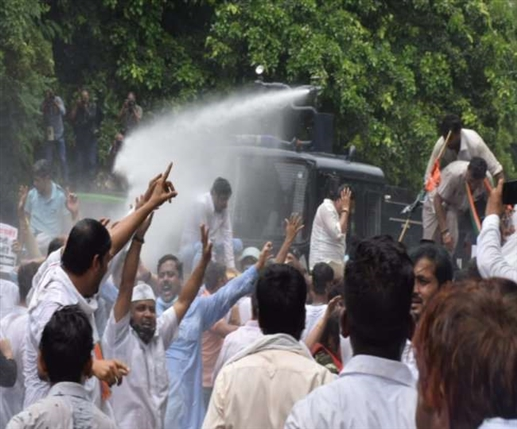 Congress and BJP protest against the government in the Delhi Assembly police fired water cannons