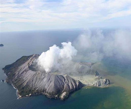 Volcano erupts in eastern Indonesia flight canceled 28 000 evacuated