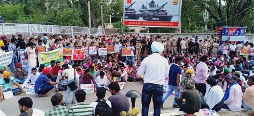 Unemployed people besiege CMs residence clash with police ਮੁੱਖ ਮੰਤਰੀ ਦੀ ਰਿਹਾਇਸ਼ ਦਾ ਘਿਰਾਓ ਕਰਨ ਆਏ ਬੇਰੁਜ਼ਗਾਰਾਂ ਤੇ ਪੁਲਿਸ ਵਿਚਕਾਰ ਹੋਈ ਧੱਕਾ-ਮੁੱਕੀ